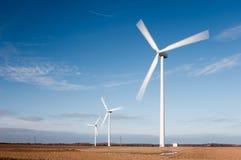 Turbines de vent avec la tache floue de mouvement Image stock