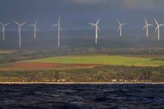 Turbines de vent comme vu de l'océan Photographie stock libre de droits