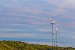 Turbines de vent dans l'environnement naturel pour l'énergie viable Images stock
