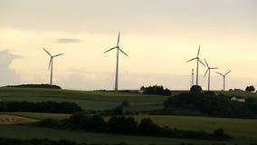 Turbines de vent dans la ferme de moulin à vent banque de vidéos