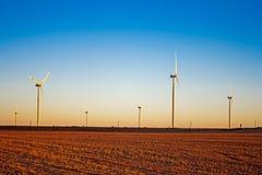Turbines de vent dans la lumière de fin de l'après-midi images stock
