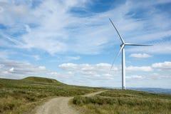 Turbines de vent dans le domaine vert Image stock