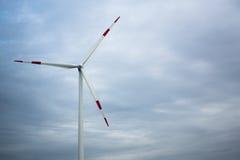 Turbines de vent dans le domaine vert images stock
