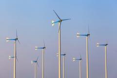Turbines de vent dans le domaine vert Images libres de droits