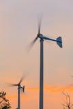 Turbines de vent dans le domaine vert Image libre de droits