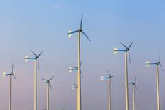 Turbines de vent dans le domaine vert Photo stock