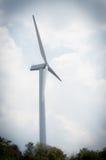Turbines de vent dans le domaine vert Photo libre de droits