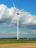 Turbines de vent dans le domaine vert photos stock