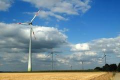 Turbines de vent dans un ciel opacifié photographie stock libre de droits