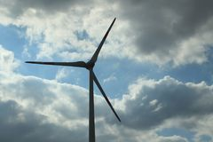 Turbines de vent dans un ciel opacifié photographie stock