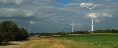 Turbines de vent dans un ciel opacifié images stock