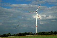 Turbines de vent dans un ciel opacifié photos stock