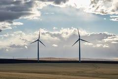 Turbines de vent dans un domaine avec des nuages photos libres de droits