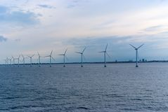 Turbines de vent en mer à Copenhague, Danemark Ferme de vent de reflux pour l'énergie de substitution viable et renouvelable Image libre de droits