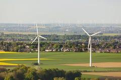 Turbines de vent et champs de viol photographie stock libre de droits