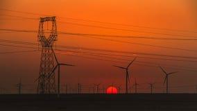 Turbines de vent et courriers de courant électrique Images stock