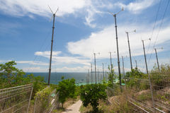 Turbines de vent et mer bleue Photographie stock