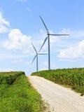 Turbines de vent et un chemin de terre Image libre de droits