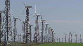 Turbines de vent fonctionnantes contre un ciel bleu banque de vidéos