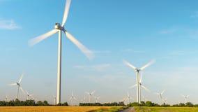 Turbines de vent de laps de temps Lames rapidement tournantes des usines d'énergie éolienne banque de vidéos