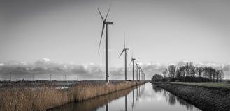 Turbines de vent moissonnant l'énergie en Hollande Photos stock