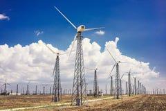 Turbines de vent qui produisent de l'électricité dans les domaines de l'Europe photo stock