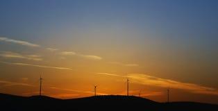 Turbines de vent sur le coucher du soleil Photographie stock