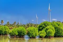 Turbines de vent sur un lac dans la jungle de Sri Lanka Sources d'énergie alternatives Images stock