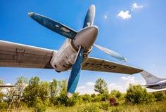 Turbines des avions An-12 de turbopropulseur à un aérodrome abandonné Photographie stock libre de droits