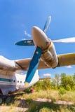 Turbines des avions An-12 de turbopropulseur à un aérodrome abandonné Photographie stock