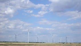 Turbinesrotatie in de wind met pluizige drijvende wolken Luchtonderzoek Geschoten op Canon 5D Mark II met Eerste l-Lenzen stock videobeelden