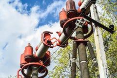 Turbingenerator i kraftverk med blå himmel arkivfoton