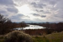 Turbini di neve argentei dei cieli e di neve di inverno: Yakima River Delta ha osservato dal punto di Colombia immagine stock