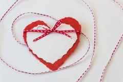 Turbinii del nastro intorno a due cuori di carta di amore del biglietto di S. Valentino Fotografie Stock Libere da Diritti