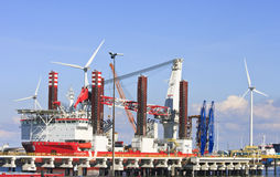 Turbininstallationsskyttel i Eemshaven, Nederländerna Royaltyfria Foton