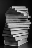 Turbinio dei libri impilati in bianco e nero Immagini Stock