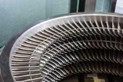Turbinowego silnika pierścionku zgromadzenie - turbinowi ostrza instalujący zdjęcia royalty free