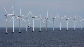 Turbo-alternatori del vento e nave da carico orizzontali Fotografia Stock