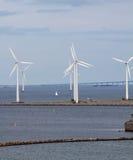 Turbo-alternatori e ponticello verticali del vento Immagine Stock Libera da Diritti