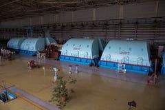 Turbo-Generator mit dem Wasserstoff, der am Maschinerieraum des Atomkraftwerks abkühlt stockfotos