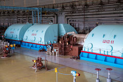 Turbo-Generator mit dem Wasserstoff, der am Maschinerieraum des Atomkraftwerks abkühlt stockfoto