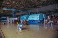 Turbo-Generator mit dem Wasserstoff, der am Maschinerieraum des Atomkraftwerks abkühlt stockbild