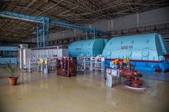 Turbo-Generator mit dem Wasserstoff, der am Maschinerieraum des Atomkraftwerks abkühlt lizenzfreie stockbilder