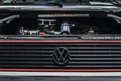 TURBOLADDARE FÖR MUTTER FÖR VW-HJULGUMMIHJUL royaltyfri bild