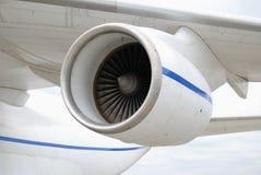 Turboladdare-stråle motor under vingen av ett flygplan arkivfoton
