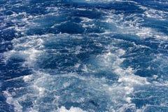 Turbolenza fatta dalla schiuma dell'acqua di mare Fotografie Stock Libere da Diritti
