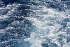 Turbolenza fatta dalla schiuma dell'acqua di mare Immagine Stock