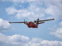 Turbolet L-410 papegojaflygplan under lågt passerande Royaltyfria Foton
