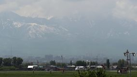 Turboprop-Triebwerk Flugzeug gegen szenische Berge stock video footage