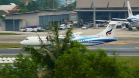 Turbopropmotorflygplan som att närma sig och landar stock video